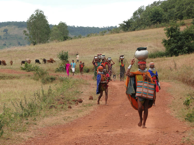 Stammes- Frauen tragen Waren auf ihren Köpfen stockbild