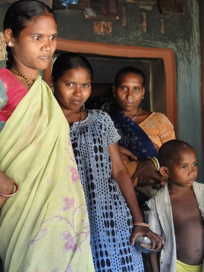 Stammes- Frauen werfen für Portraits auf stockfotografie