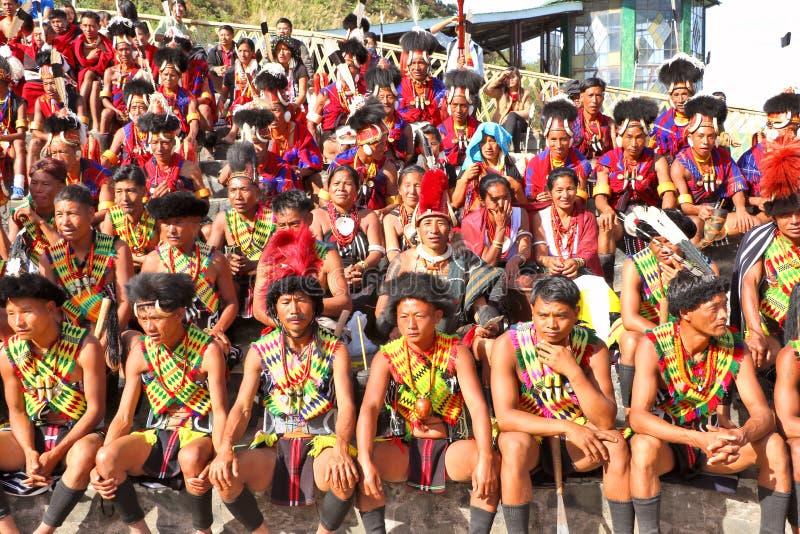 Stammes- Künstler und Zuschauer am Ort des Hornbill-Festivals lizenzfreie stockfotos