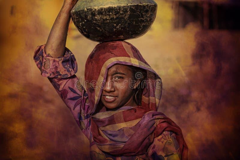 Stammes- Mädchen, das Wasser, Puskar, Indien erhält lizenzfreies stockfoto