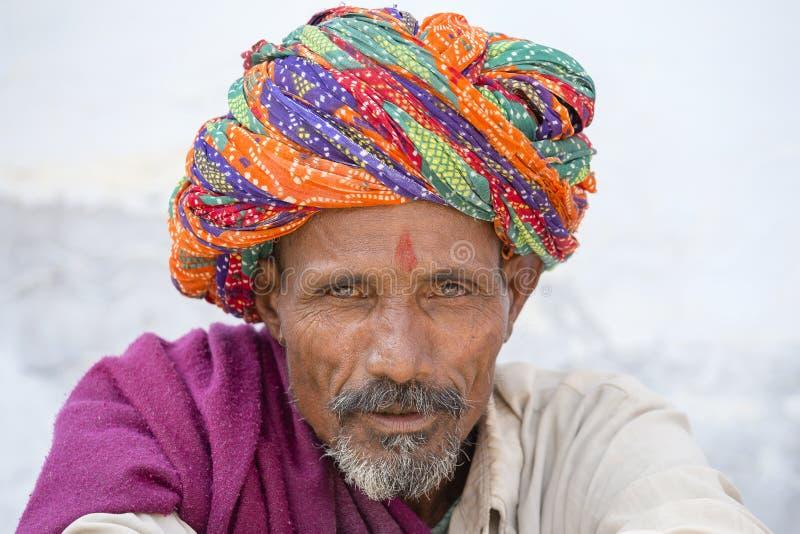 Stammes- Mann Rajasthani, der traditionellen bunten Turban trägt, nimmt an dem jährlichen Pushkar-Vieh ehrlich, Pushkar, Rajastha stockbilder