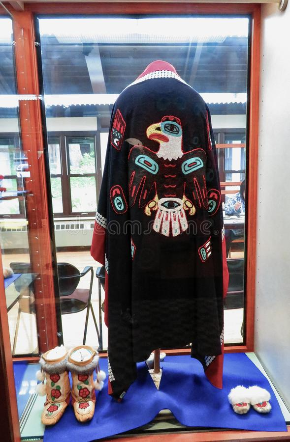 Stammes- Mantel, Pantoffel und Stiefel des alaskischen amerikanischen Ureinwohners stockbilder