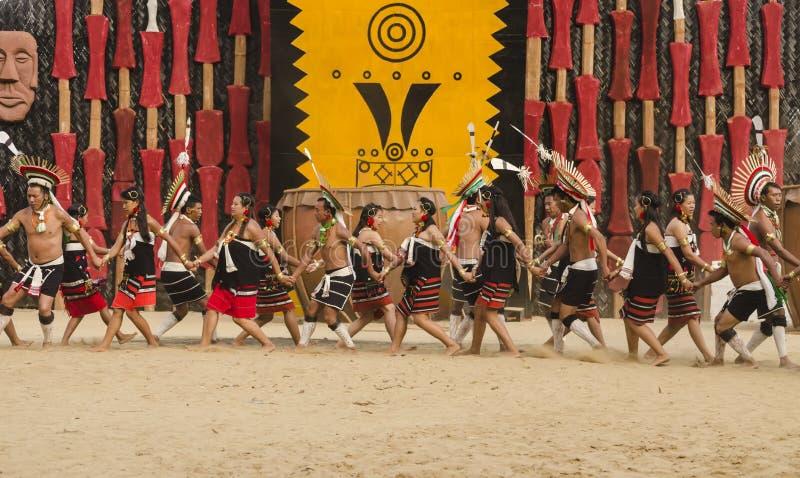 Stammes- Tanztruppe, die kulturellen Tanz darstellt lizenzfreies stockfoto
