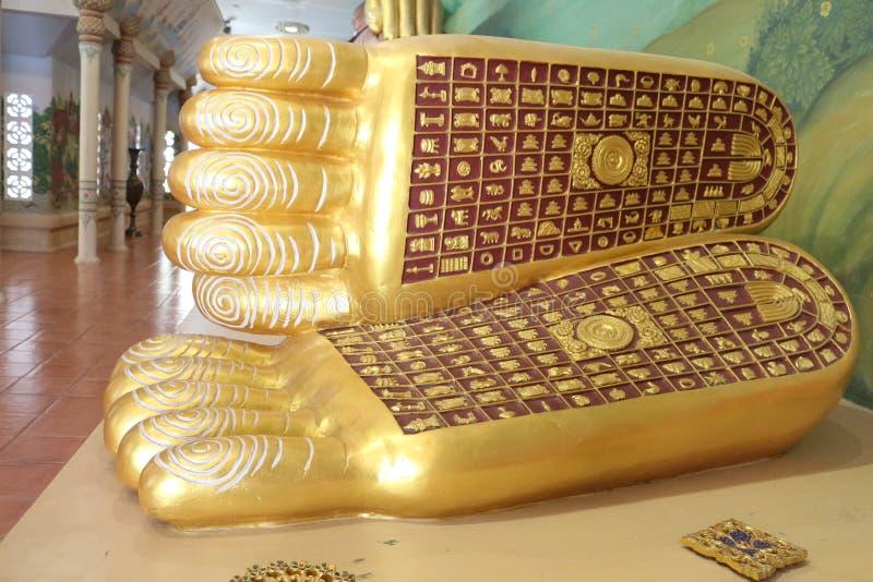 Stampa del piede della statua adagiantesi di Buddha fotografia stock libera da diritti
