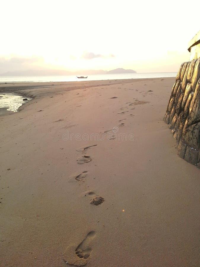 Stampa del piede sulla spiaggia Ranong, Tailandia fotografia stock libera da diritti