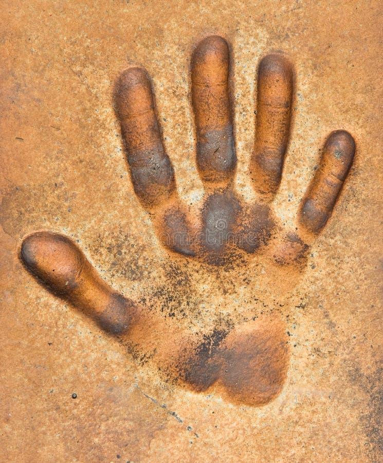 Stampa della mano su una terra immagini stock libere da diritti