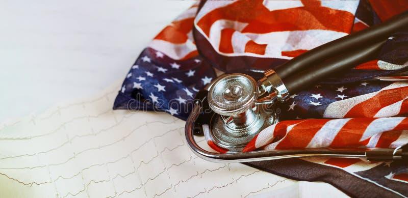 Stampa grafica dello stetoscopio di misurazione dei battiti cardiaci del cardiogramma sulla bandiera degli Stati Uniti fotografia stock libera da diritti