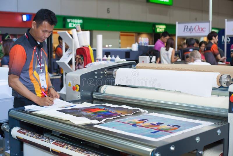 Download Stampante Del Tessuto Di Digital Fotografia Stock Editoriale - Immagine di produzione, offset: 56878573