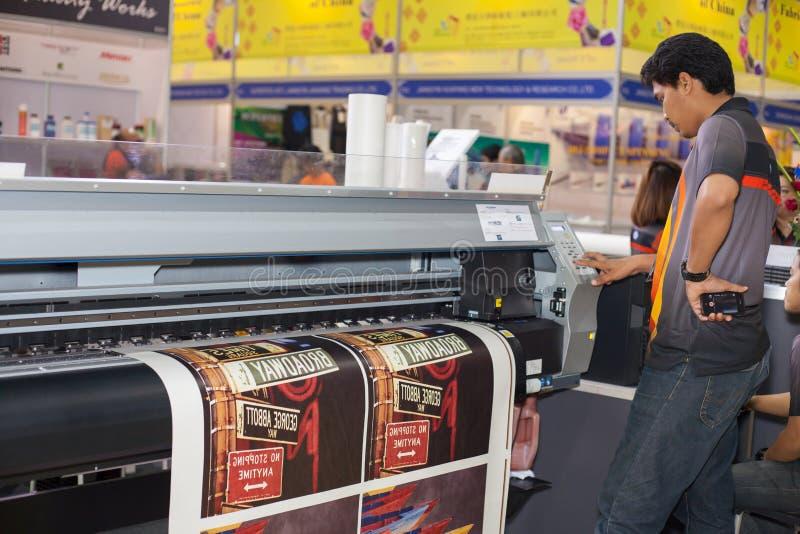 Download Stampante Del Tessuto Di Digital Immagine Stock Editoriale - Immagine di stampato, edizione: 56878959