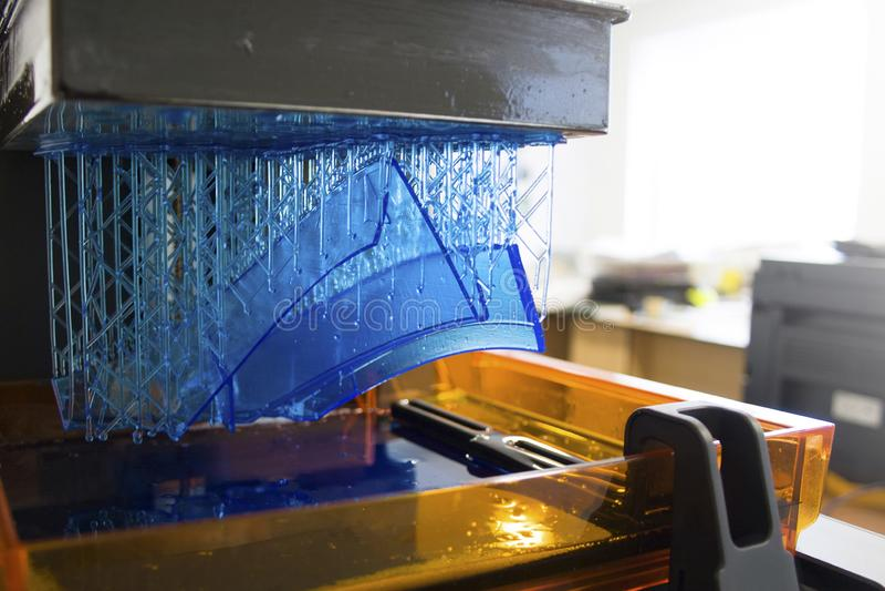 Stampante funzionante 3D Stampatrice tridimensionale elettronica in lavorazione fotografia stock libera da diritti