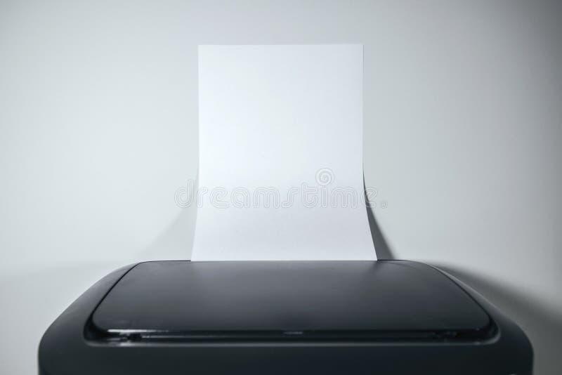 Stampante a laser da tavolino dell'ufficio con carta in bianco come spazio della copia immagine stock