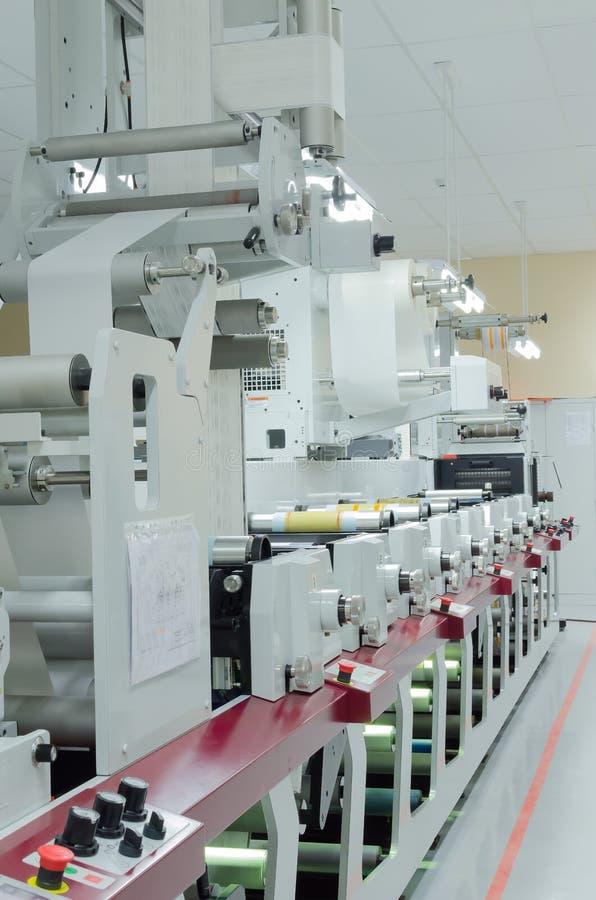 Stampatrice del rotolo di Flexo su industria di imballaggio fotografia stock
