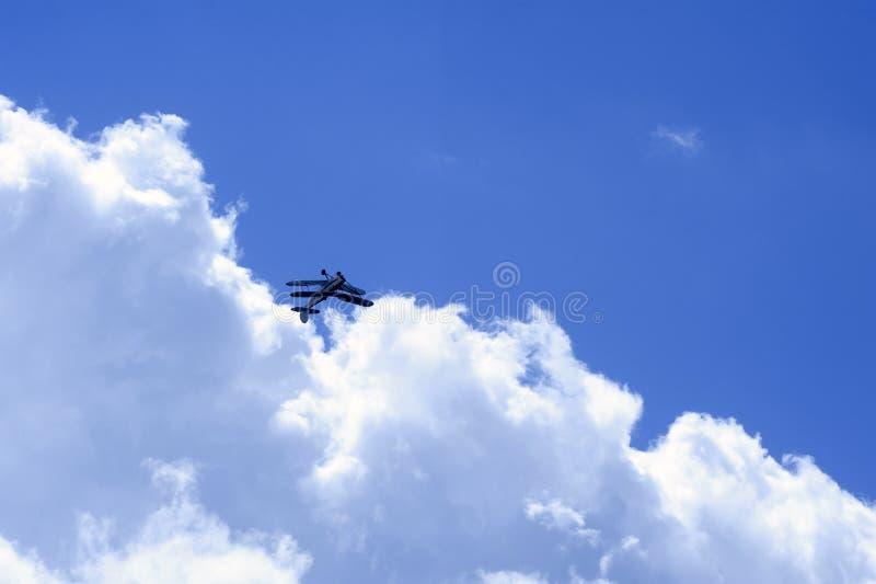 Stampe biplanu spełniania aerobatics w niebie obraz stock