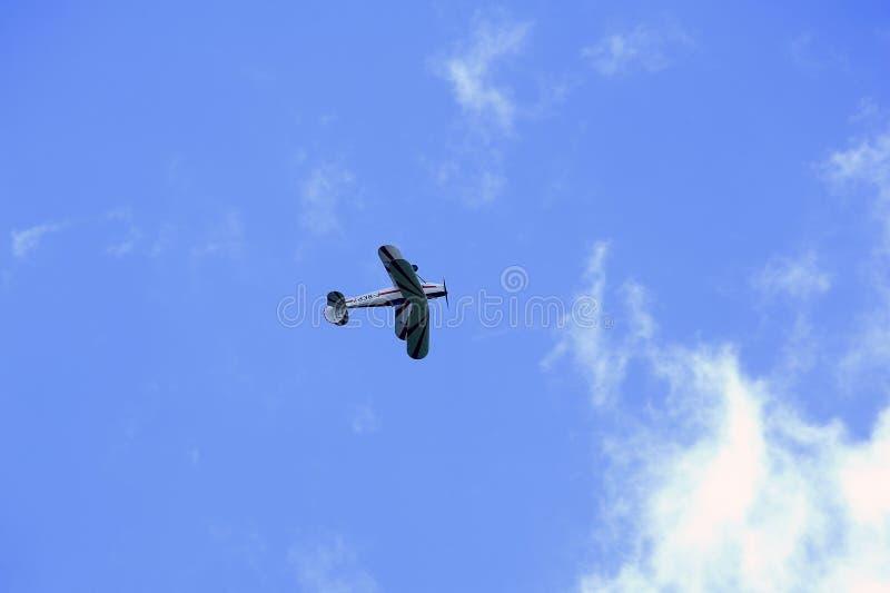 Stampe biplanu spełniania aerobatics w niebie zdjęcie stock