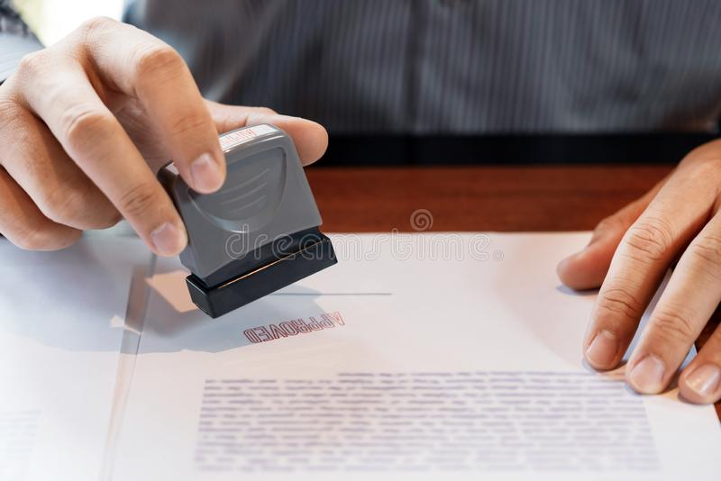 Stamper чернил руки государственного нотариуса руки бизнесмена appoval штемпелюя уплотнение на контракте документов формы контрак иллюстрация вектора