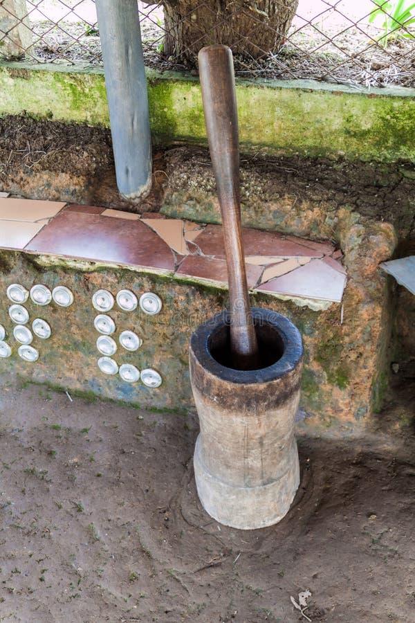 Stampfe und Mörser benutzt für die Zerquetschung der Kaffeebohnen in der Sierra Maestra-Gebirgszug, Cu lizenzfreie stockbilder