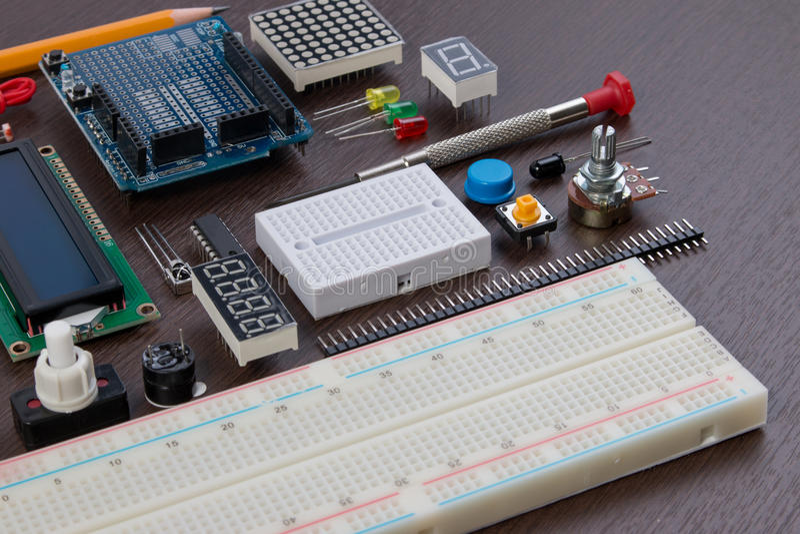 STAMutbildning eller elektronisk sats för DIY, robot som göras på grund av mikrokontrollanten med variation av avkännaren, och hj arkivfoto