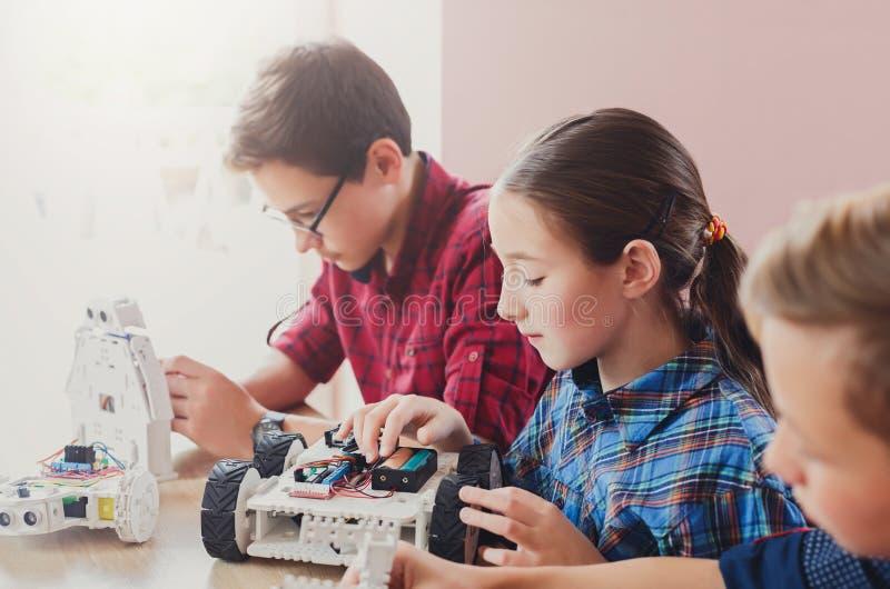 STAMutbildning Ungar som skapar robotar på skolan royaltyfria foton