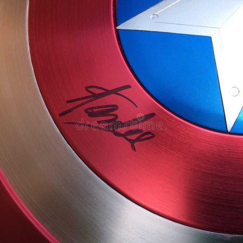 Stan Lee undertecknade skölden för kapten America arkivbilder