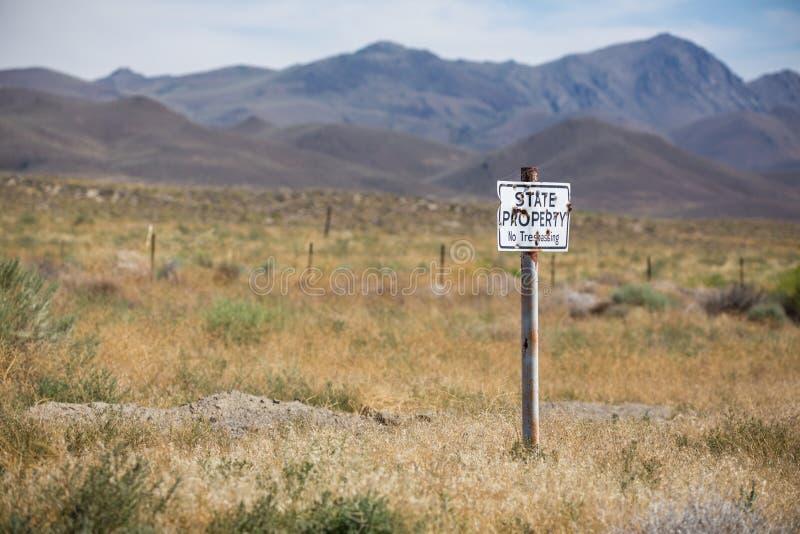 Stan własność żadny trespassing podpisuje wewnątrz pustynię zdjęcia royalty free