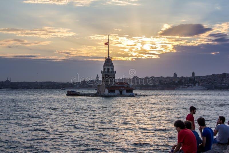 Stanbul, la gente di Costantinopoli del locale della Turchia 7 agosto 2015 - che gode del tramonto, torre nubile del ` s di Kiz K immagini stock libere da diritti