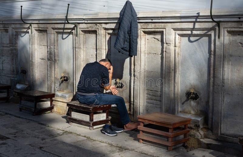 Stanbul, Turchia 10-November-2018 Il lavaggio musulmano dell'uomo fuori della moschea di Suleymaniye prima della mattina prega, C fotografia stock libera da diritti