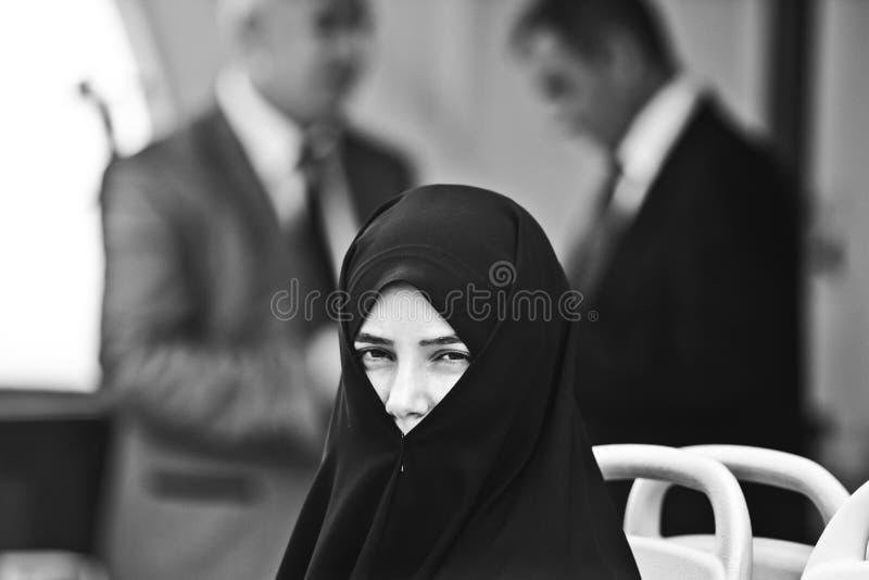 Stanbul, Turkije, 19 september 2012: Moslimvrouw in chador in Istanboel royalty-vrije stock afbeeldingen