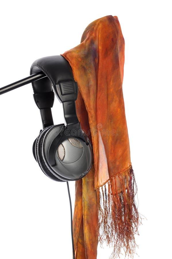 Stand, écharpe et écouteurs de microphone photo stock