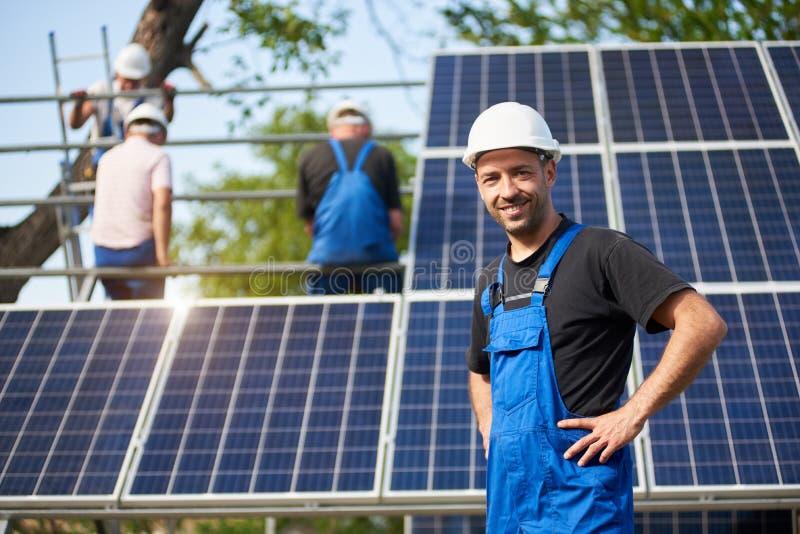 Stand-alone buiteninstallatie van het zonnepaneelsysteem, het vernieuwbare groene concept van de energiegeneratie stock afbeelding