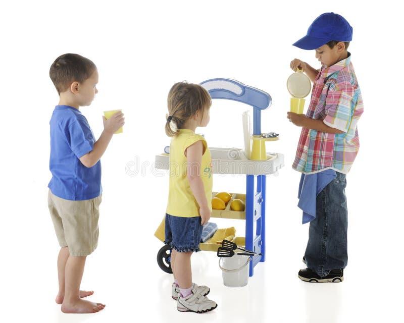 Stand de citronnade de Kiddie image stock
