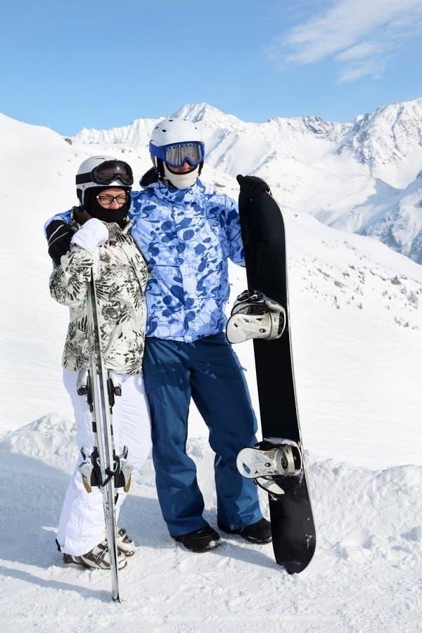 Stand de couples avec le snowboard photographie stock