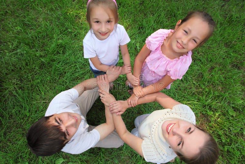 Stand de famille ayant joint des mains perpendiculairement photographie stock libre de droits