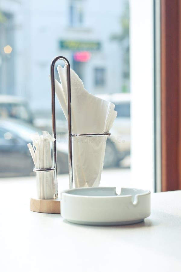 Stand de table avec une serviette photos stock