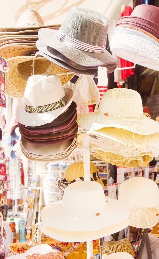 Stand du marché avec des chapeaux images stock