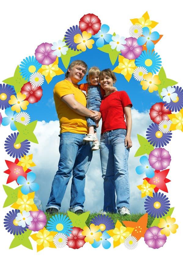 stand för sky för familjgräsgreen lycklig under royaltyfri bild