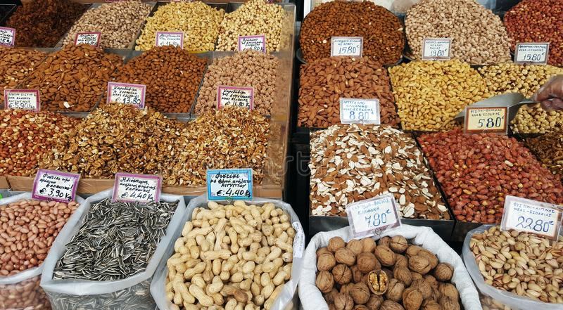 Stand mit verschiedenen Arten von Nüssen auf dem Straßenmarkt stockfotografie