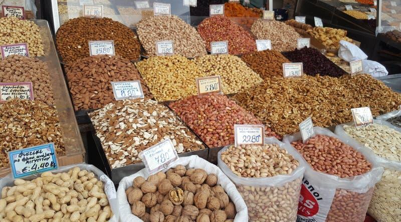 Stand mit verschiedenen Arten von Nüssen auf dem Straßenmarkt lizenzfreie stockfotos
