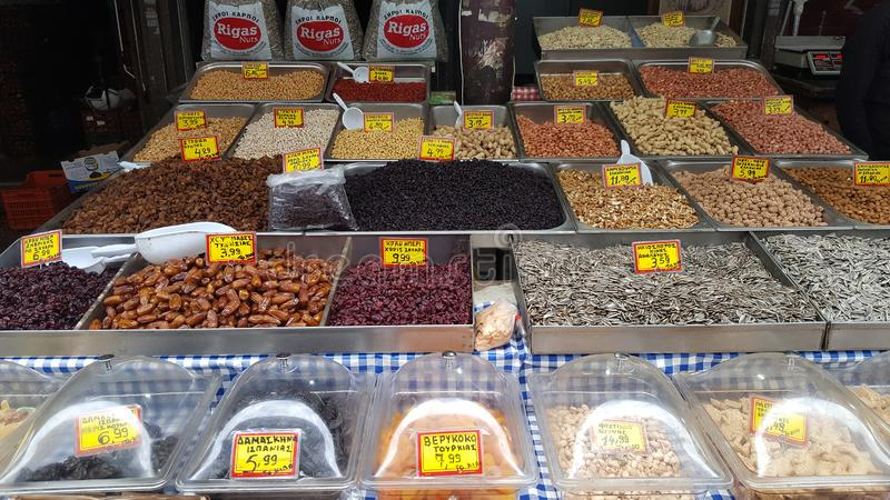 Stand mit verschiedenen Arten von Nüssen auf dem Straßenmarkt in Athen, Griechenland lizenzfreies stockbild
