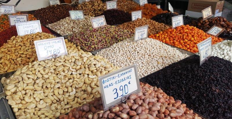 Stand mit verschiedenen Arten von Nüssen auf dem Straßenmarkt in Athen, Griechenland stockfotografie