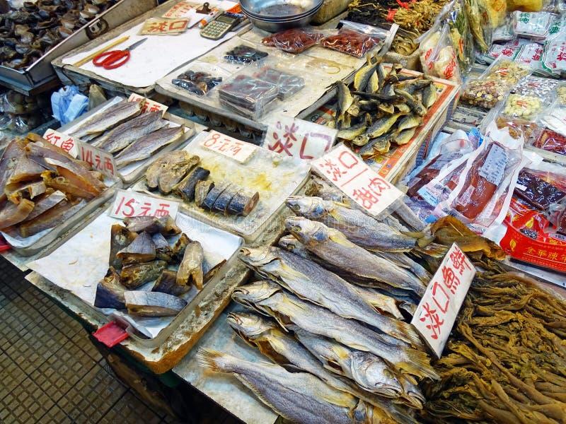 Stand mit verschiedenen Meeresfrüchten auf Java Road Market in North Point, Hong Kong stockbild