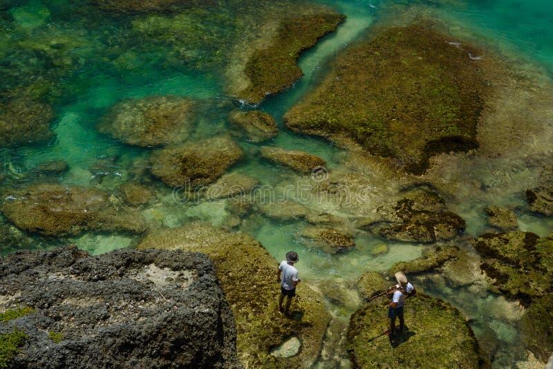 Stand mit zwei Männern auf Rand der Bucht stockfotografie