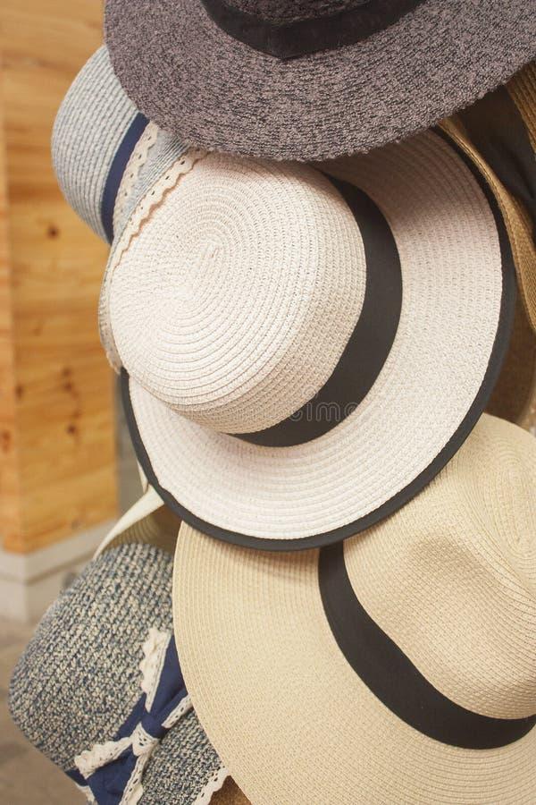 Stand-Stall-Flohmarkt-Speicher Damen-Hats Hanging At stockbild
