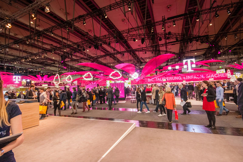Stand von Deutsche Telekom Firma bei CeBIT lizenzfreie stockfotografie