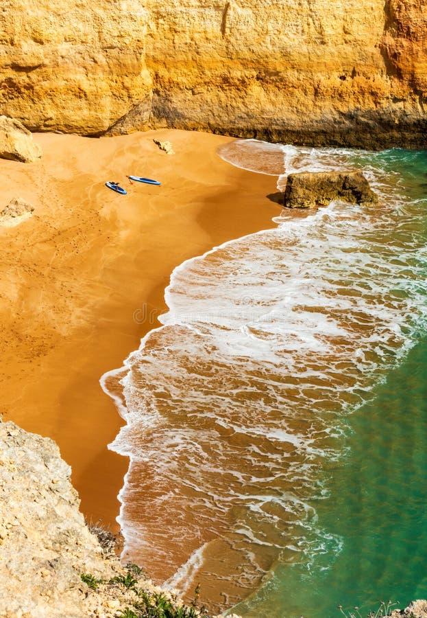 Stand zwei, der oben die Bretter sich entspannen am Strand - Vertikale schaufelt lizenzfreie stockfotografie
