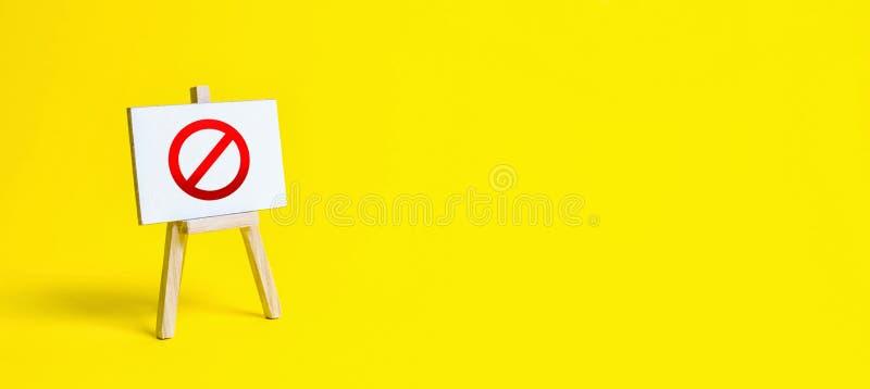Standaard met een canvas en een rood verbodsbord NO Beperkingen, opheffing van het verbod bedrijfseigen Volledige verkoop van goe royalty-vrije stock afbeeldingen