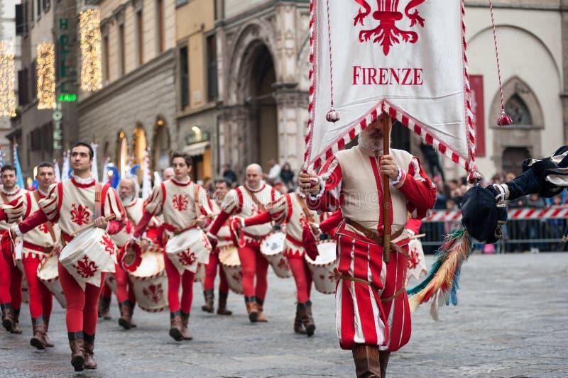 Standaarddrager en slagwerkerparades door de straten van Flore royalty-vrije stock foto's