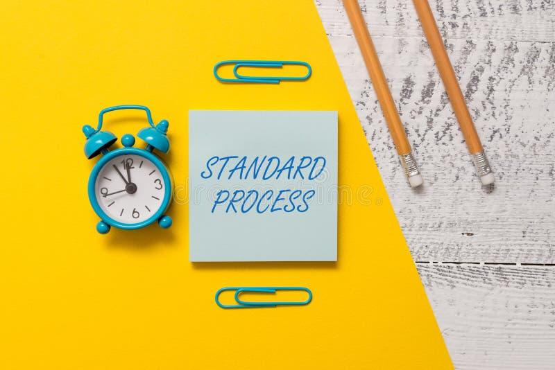 Standard process f?r textteckenvisning Begreppsmässiga fotoregler gjorde för att matchas med gem för notepaden för kvalitet för d arkivbild