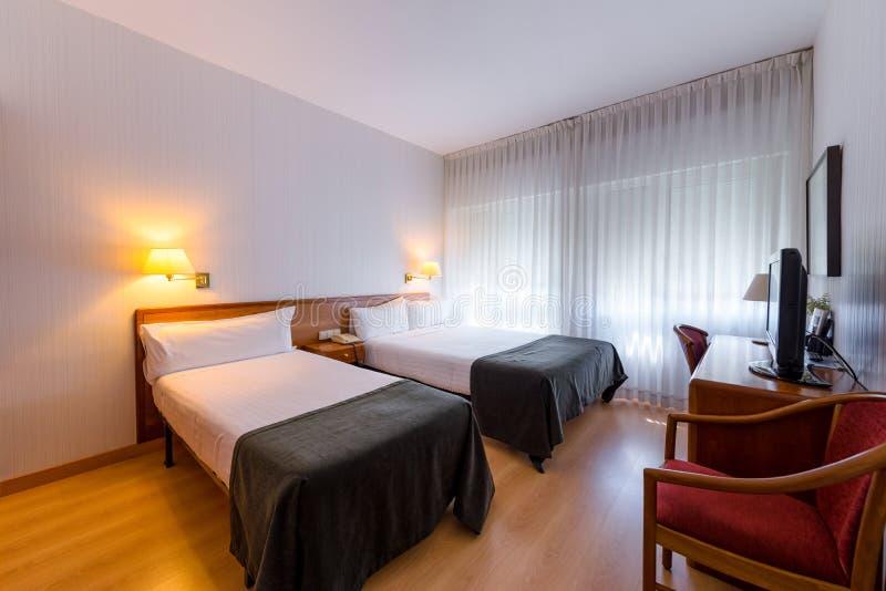 Standardhotelzweibettzimmerinnenraum lizenzfreies stockbild