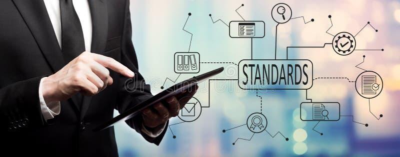 Standart - kvalitets- kontrollgodkännande med affärsmannen arkivbild