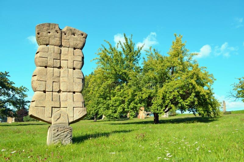 Standbeeld in beeldhouwwerkpark - Horice v podkrkonosi stock foto's